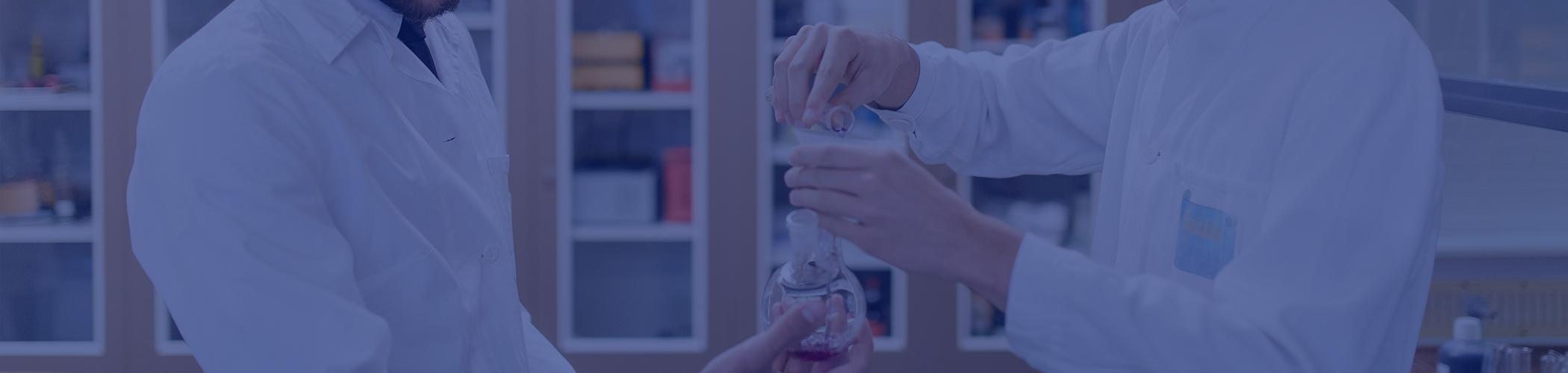 Zwei Schüler im Chemieunterricht.