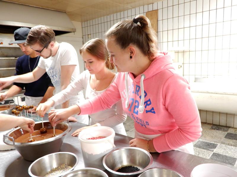 Schülerinnen und Schüler beim Verzieren